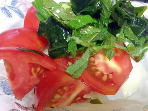 トマト・ワカメを使ったさわやかサラダ